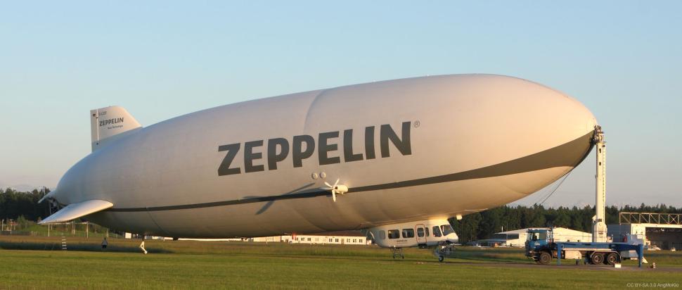 Zeppelin NT at the mobile landing mast (CC BY-SA 3.0 AngMoKio)